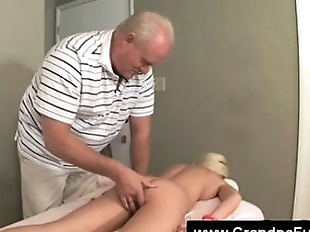 Senior masseur fingers blondes pussy